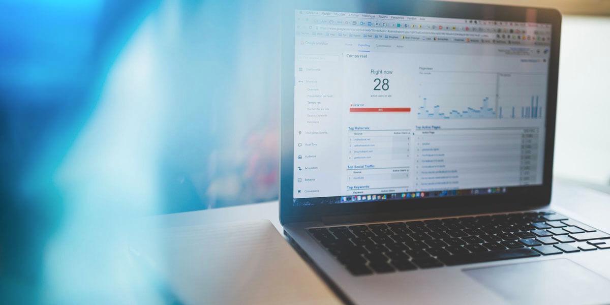 Google Analytics pokazany na laptopie